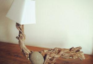 lampe bois flotté et pierre
